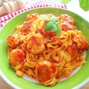 Przepis na makaron z sosie pomidorowym z klopsikami