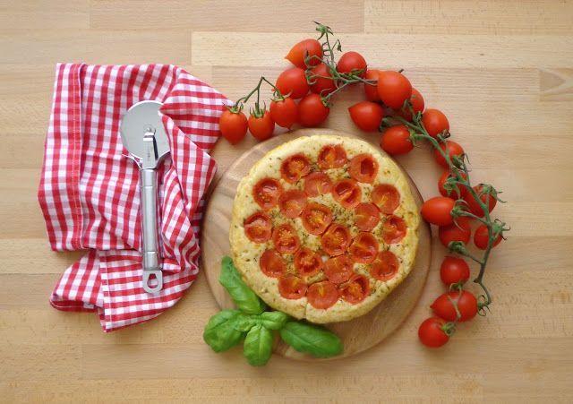 Włoska focaccia z pomidorkami