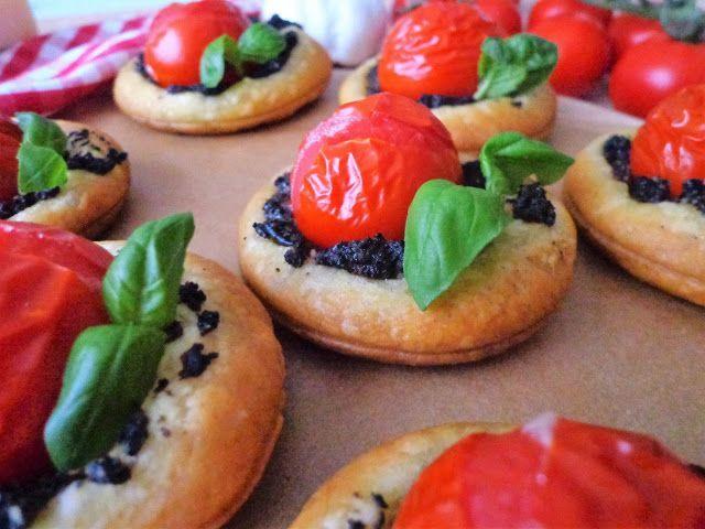 Pizzette z pomidorkami i oliwkami