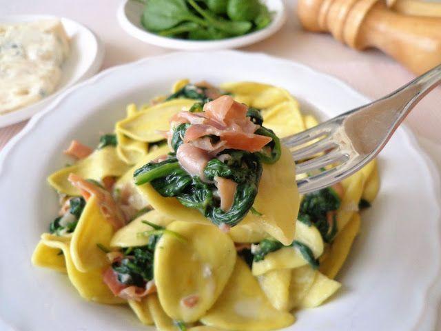 Makaron ze szpinakiem, gorgonzola i szynka