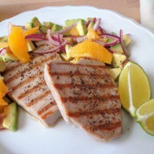 Grillowany tuńczyk z salsą z awokado