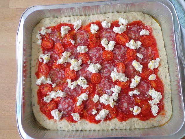 Pizza na grubym cieście z salami