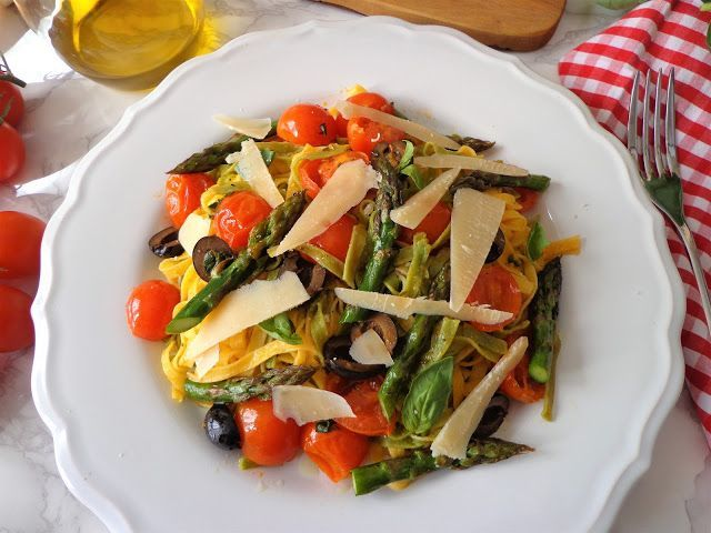 Makaron ze szparagami i pomidorkami