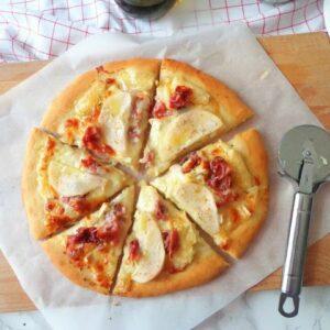 Pizza z serem brie i gruszką