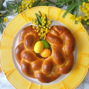 Wielkanocny wieniec drożdżowy