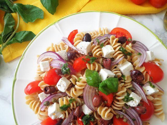 Makaron z feta, pomidorkami i oliwkami