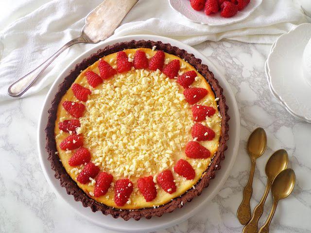 Tarta z kremem z białej czekolady z malinami