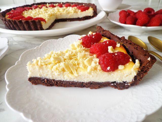 Kakaowa tarta z kremem z białej czekolady z malinami