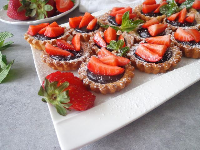 Tartaletki z truskawkami i kremem czekoladowym