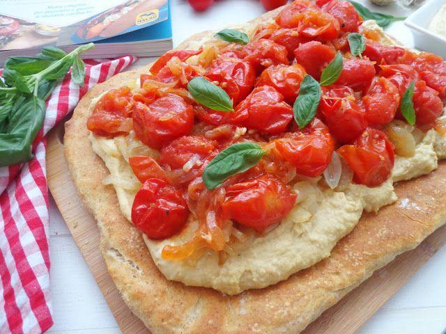 Focaccia z hummusem i karmelizowaną cebulką