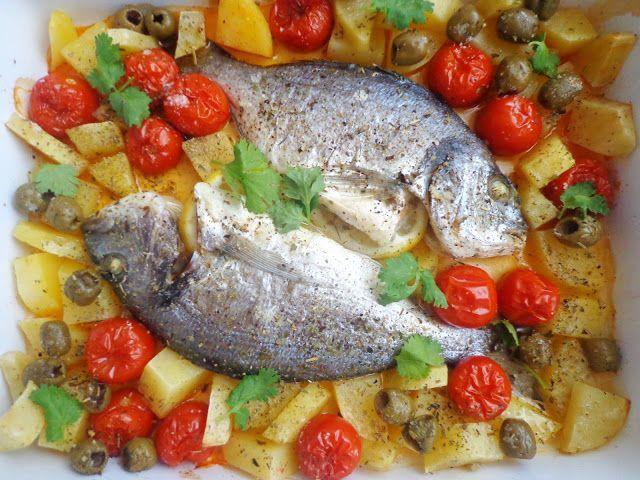 Pieczona dorada z ziemniakami i pomidorkami