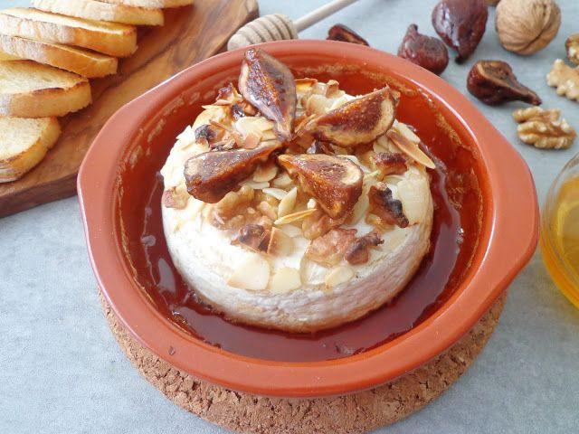 Pieczony camembert z orzechami, migdałami i figami