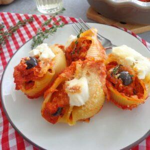 Muszle makaronowe zapiekane w sosie pomidorowym