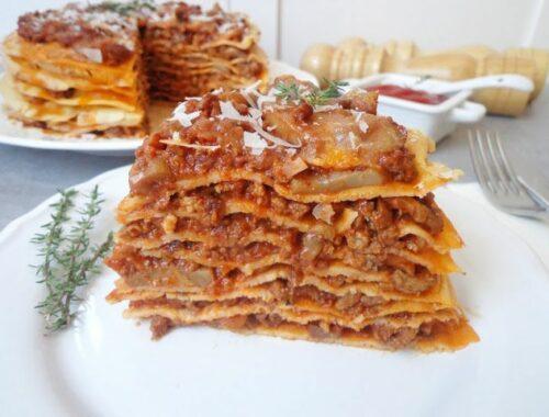 Tort naleśnikowy z mięsnym ragù i pieczarkami