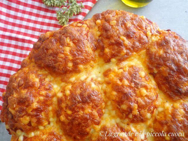 Bułeczki z serem mozzarella i sosem pomidorowym