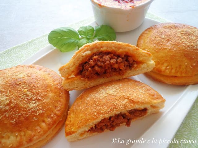 Pieczone ravioli z sosem mięsnym