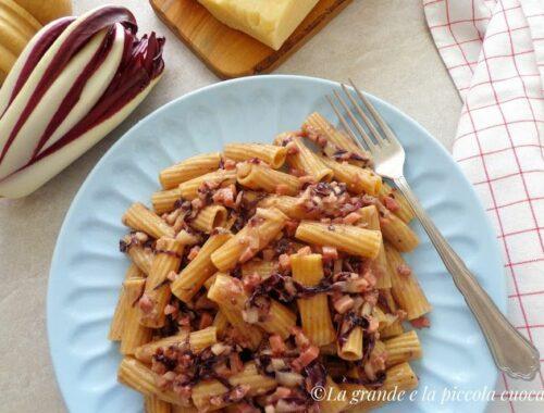 Makaron w kremowym sosie z wędzoną szynką i radicchio