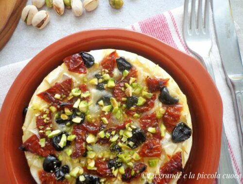 Pieczony camembert z suszonymi pomidorami i oliwkami