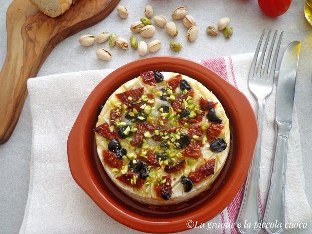 Pieczony camembert z pomidorami i oliwkami