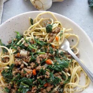 Spaghetti z ragù z jarmużem