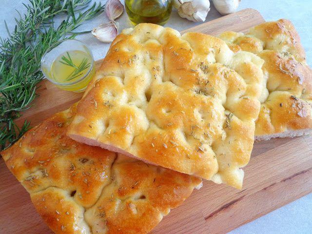 Focaccia z masłem czosnkowym i rozmarynem