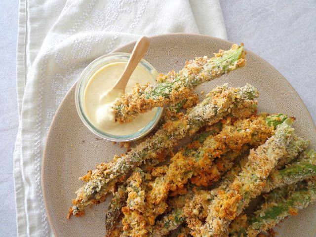 Pieczone szparagi w panierce z sosem