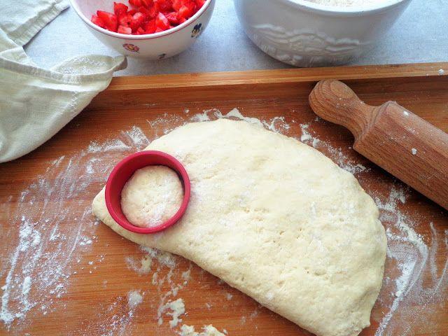 Angielskie scones z truskawkami