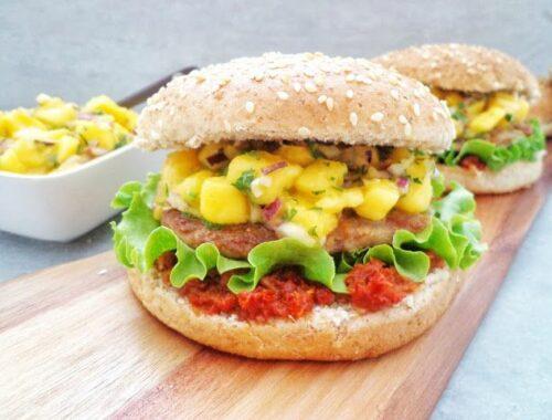 Hamburger wołowo-wieprzowy z salsą mango