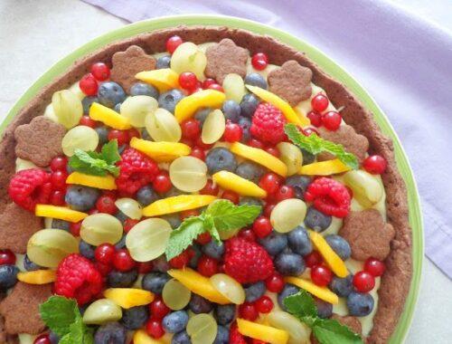 Kakaowa tarta z kremem pasticcera z owocami