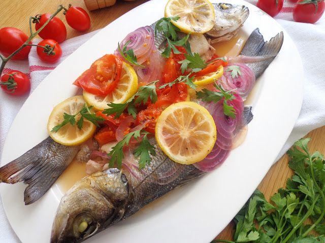 Ryba pieczona w pomidorach i cebuli