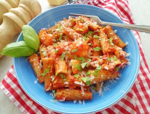 Makaron z kalafiorem w sosie pomidorowym