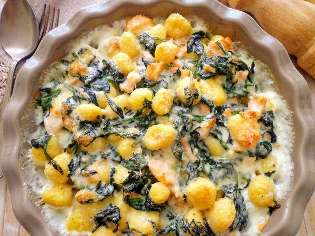 Gnocchi zapiekane ze szpinakiem, wędzonym łososiem i beszamelem