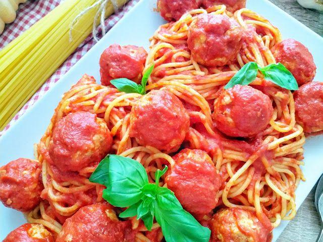 Przepis na makaron z pulpecikami w sosie pomidororym