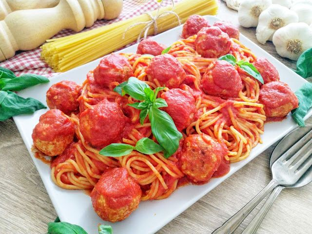 Przepis na spaghetti w sosie pomidorowym z pulpecikami