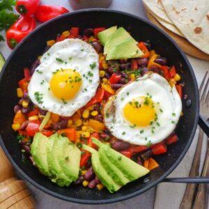 Sadzone jajka z papryką, fasolą i awokado