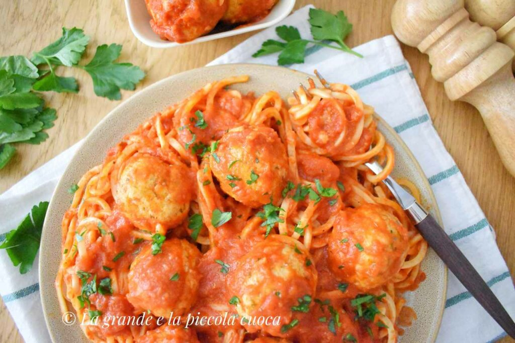 Przepis na makaron z pulpecikami w sosie pomidorowym