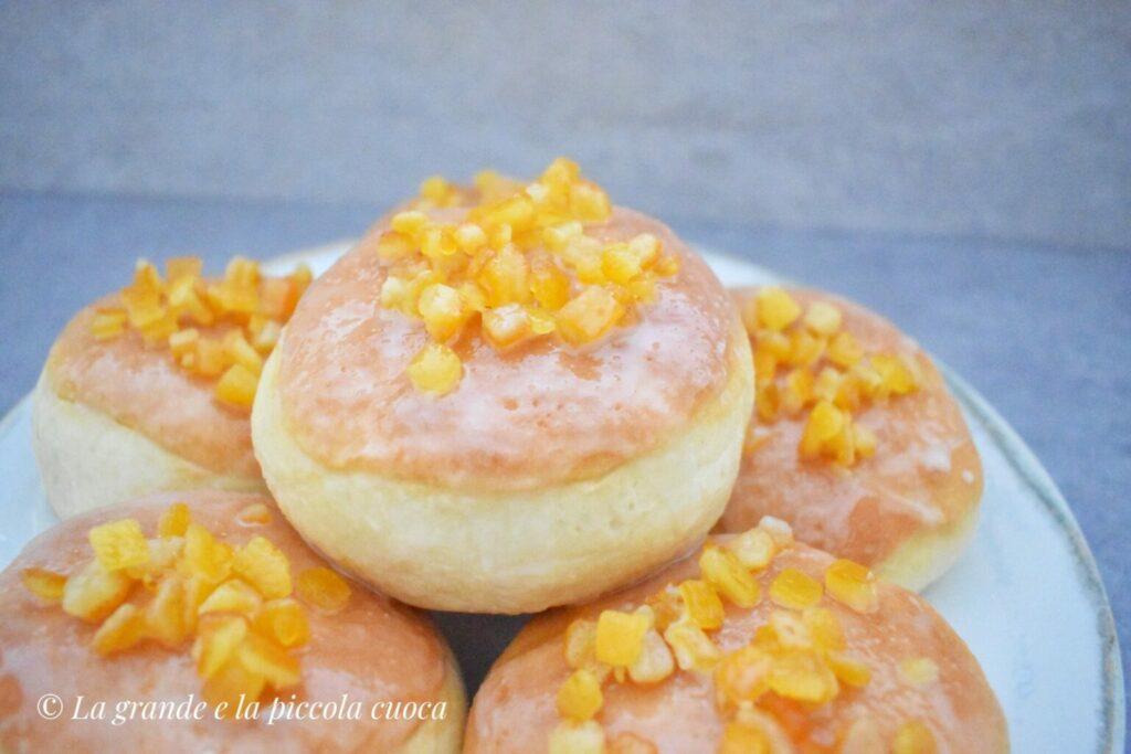 Pieczone pączki z konfiturą, lukrem i skórką pomarańczową