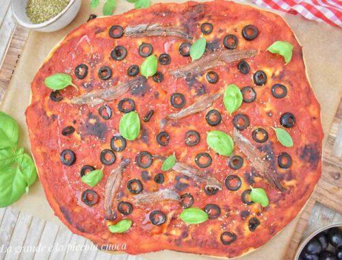 Focaccia z sosem pomidorowym i oliwkami