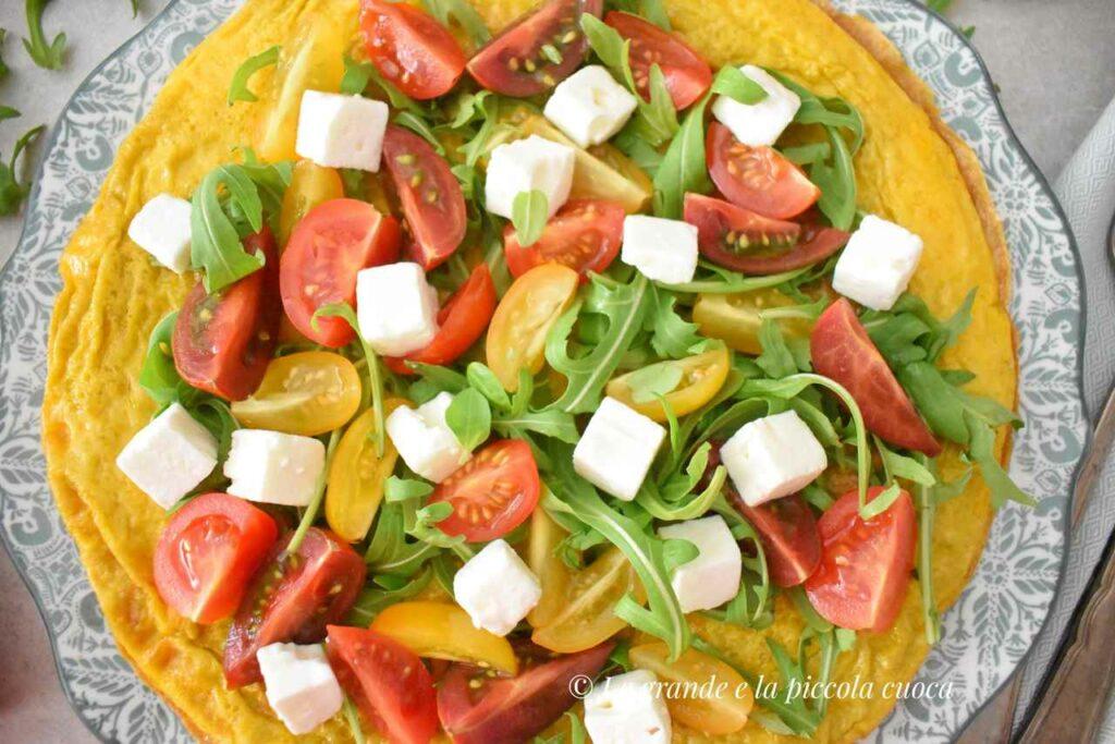 Omlet z pomidorkami, feta i rukola