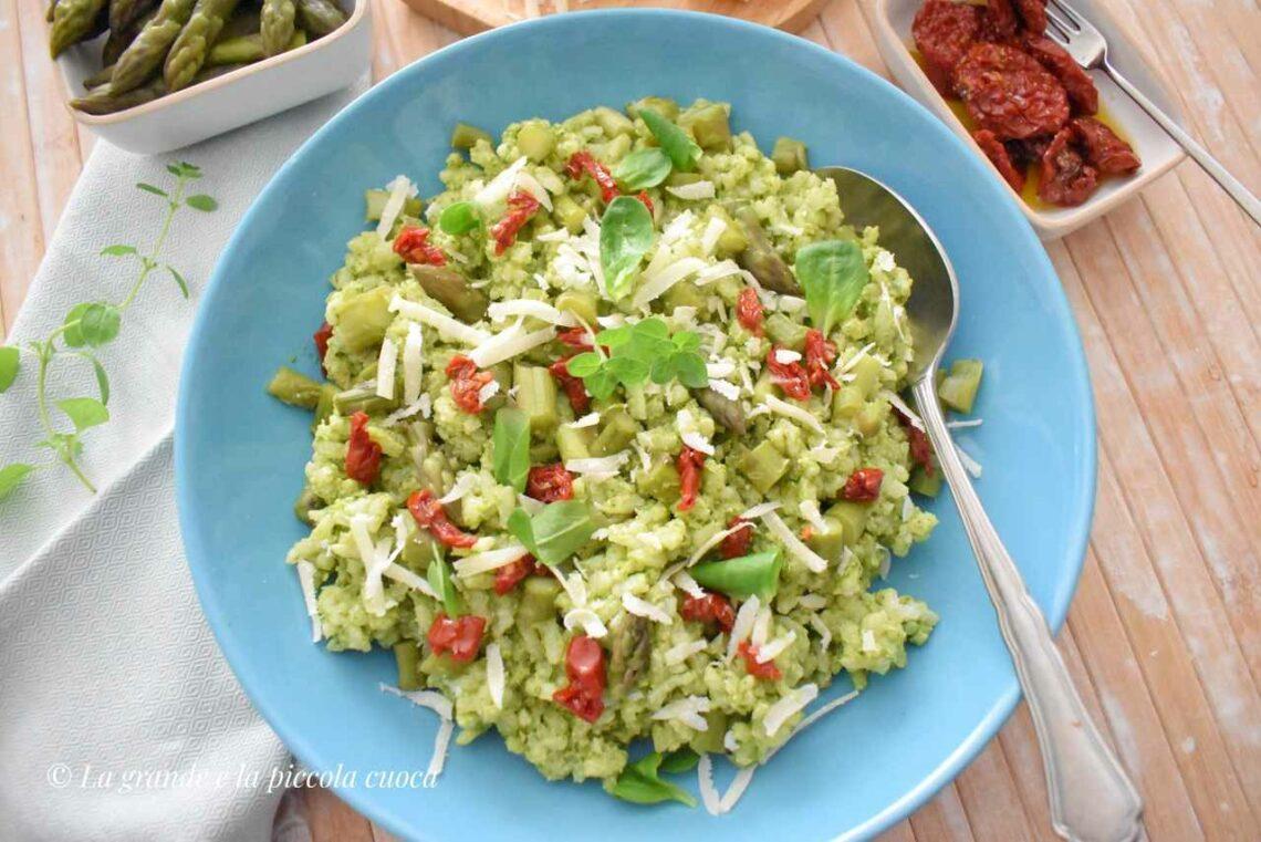 Sałatka ryżowa ze szparagami i pesto