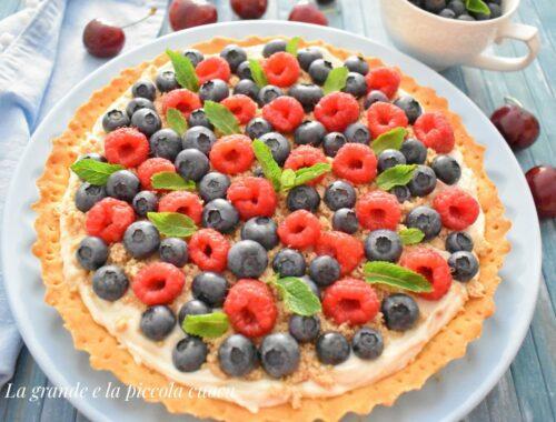 Krucha tarta z kremem chałwowym z owocami