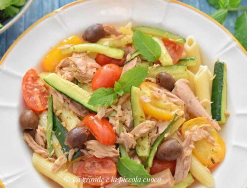 Makaron z tuńczykiem, cukinią i pomidorkami