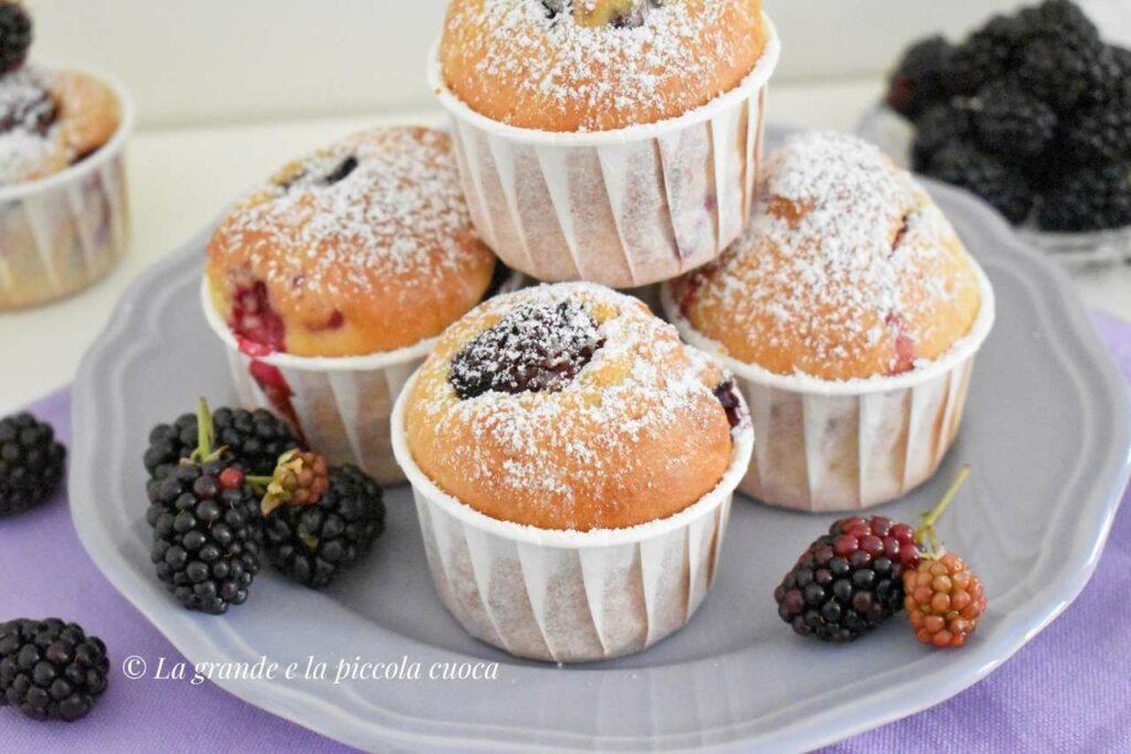 Przepis na puszyste muffiny z jeżynami