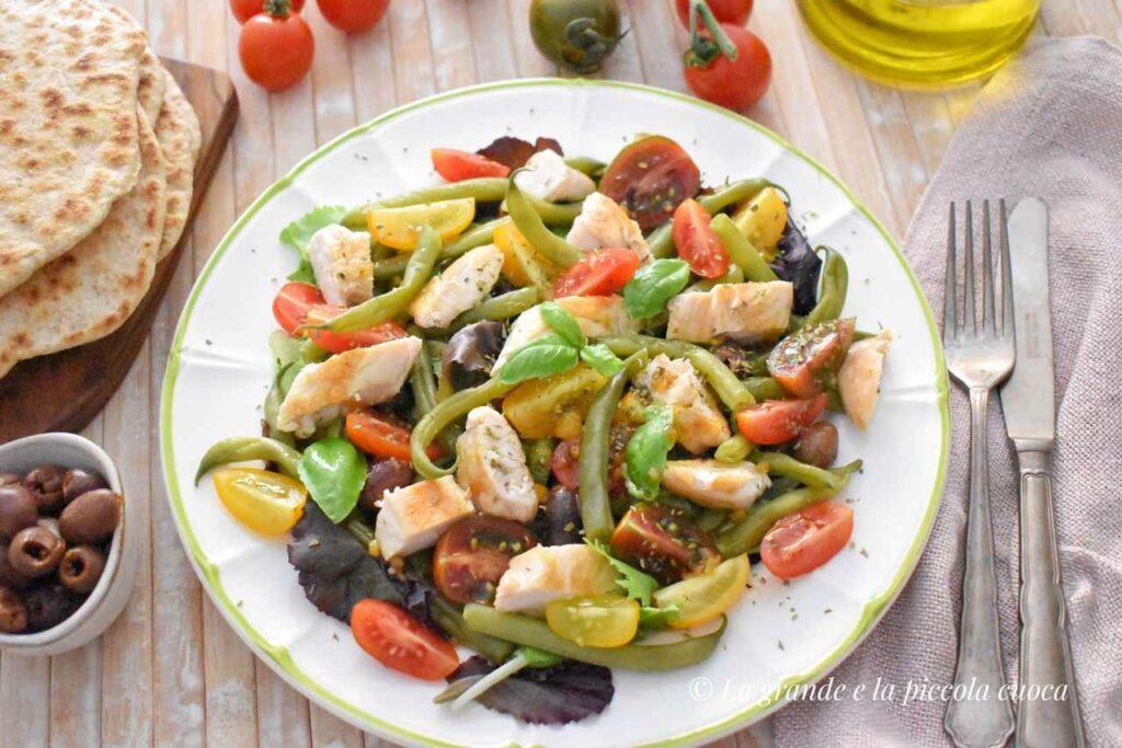 Sałatka z fasolką, pomidorkami i kurczakiem