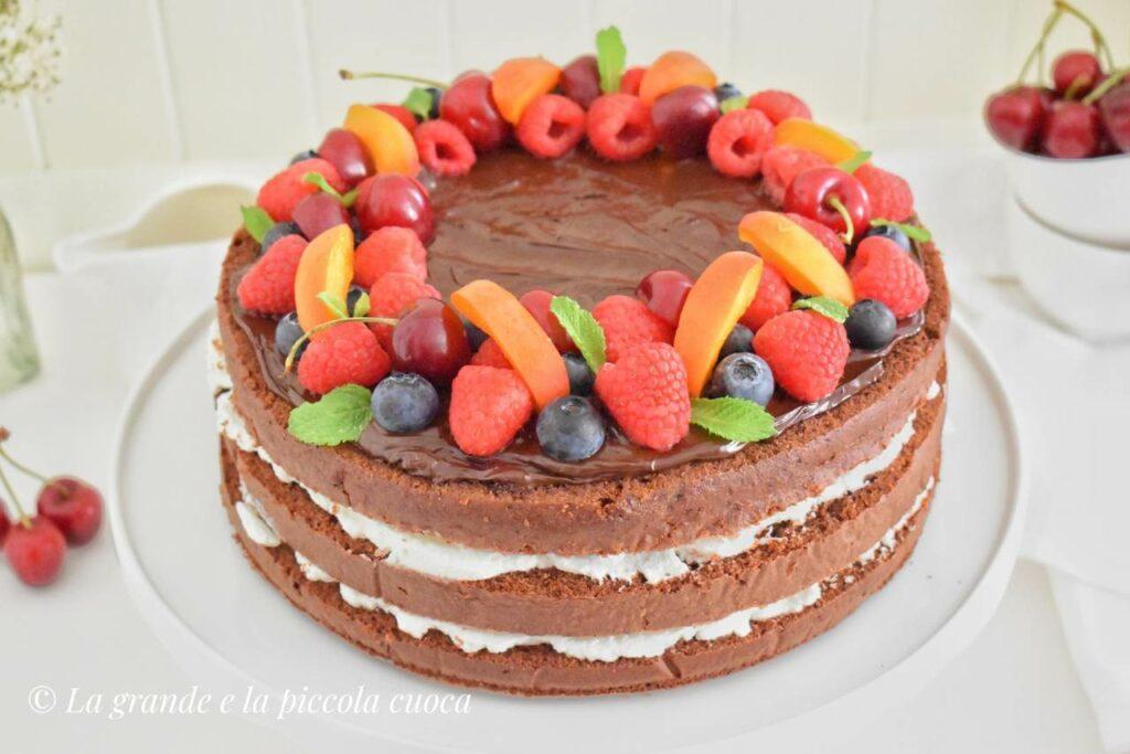 Tort czekoladowy z kremem mascarpone i owocami