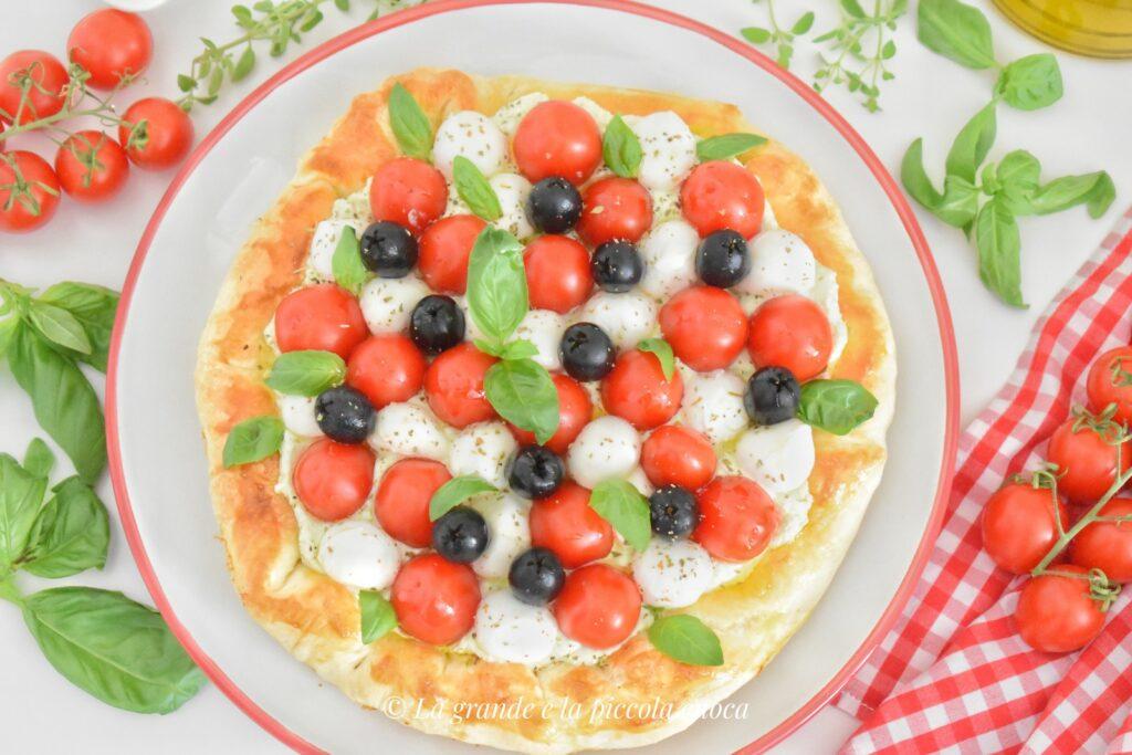 Tarta z oliwkami, pomidorkami i mozzarella