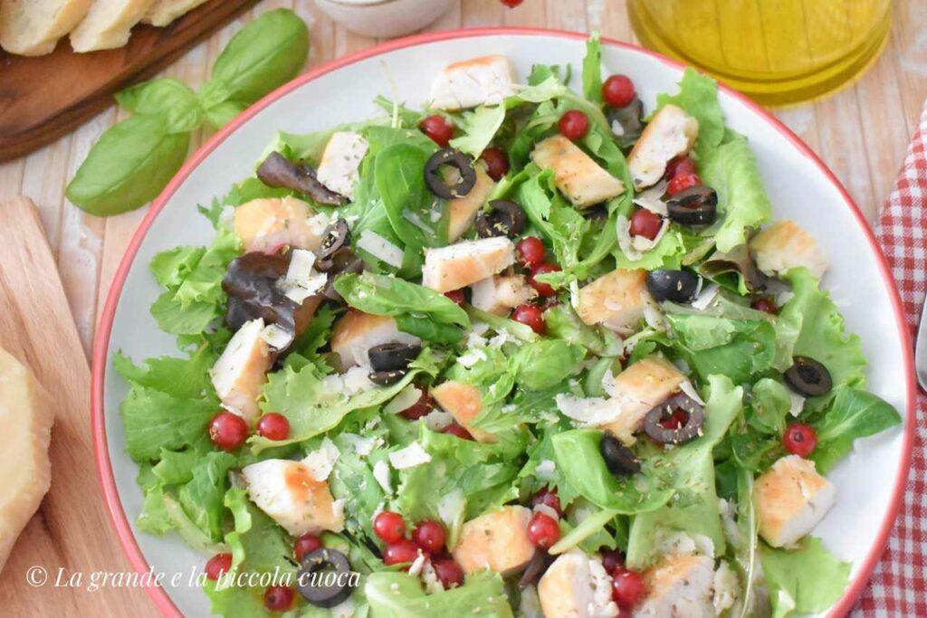 Kolorowa salatka z kurczakiem