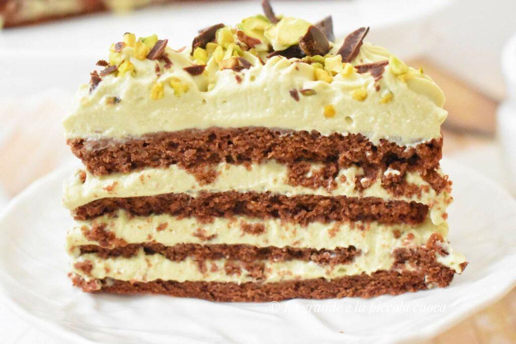 Tort przekladany kremem pistacjowym